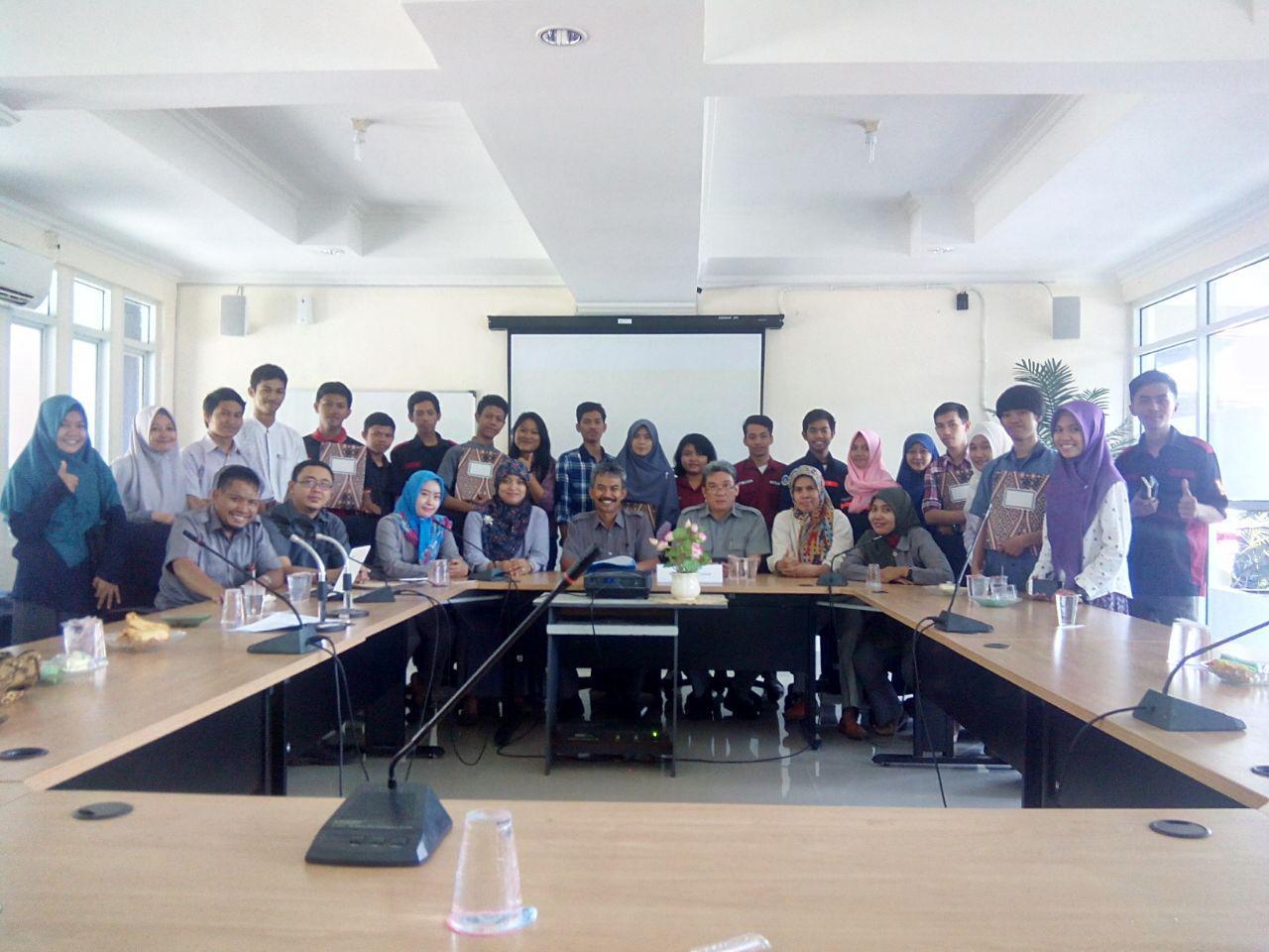 Penyerahan Secara Simbolis Perwakilan Penerima Beasiswa dari Politeknik ATI Makassar TA 2016